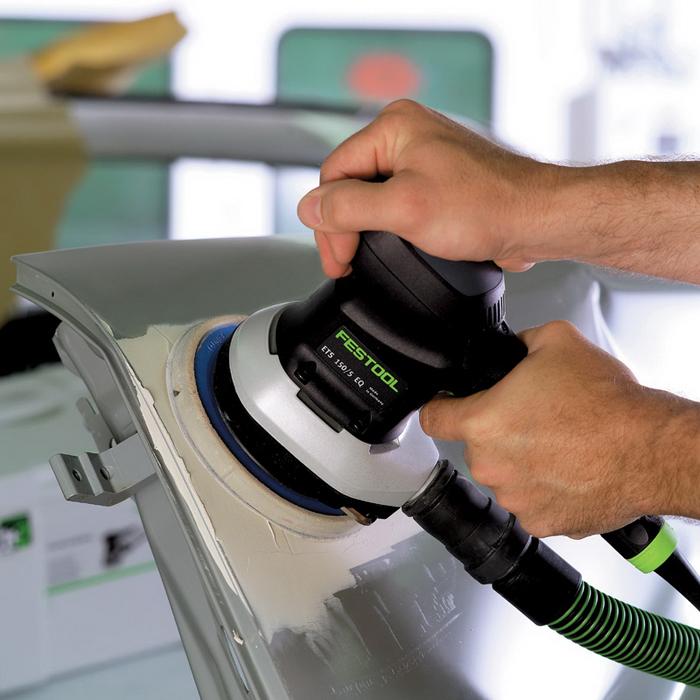 Шлифование шпатлевки с помощью профессиональной эксцентриковой шлифовальной машинки Festool ETS 150/5 EQ